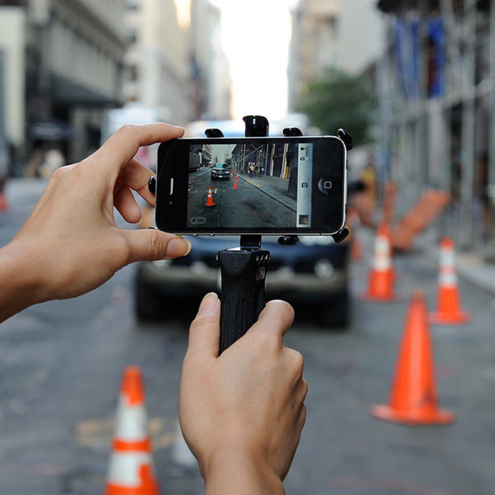 чувак с кучей фотоаппаратов фоткает на мобилу - 6